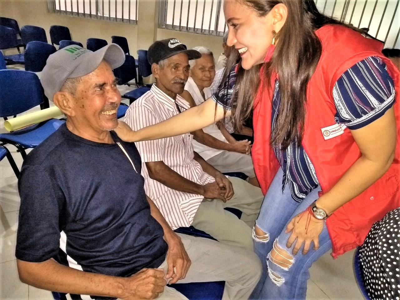 Con un abrazo se selló compromiso de buen trato a personas mayores en Córdoba