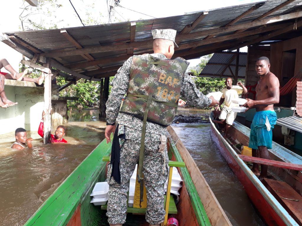 Armada Nacional apoya a comunidad del Chocó afectada por inundaciones